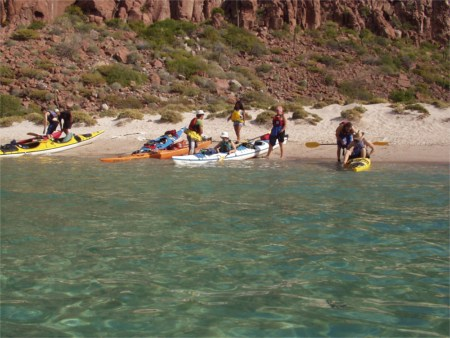 mexico-sea-cortez-isla-espiritu-santo-kayaks-beach-shore
